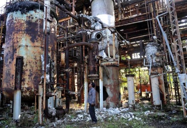 Руины химического завода имеют жуткий вид, а в воздухе ощущается неприятный запах./Фото: www.newsmobile.in