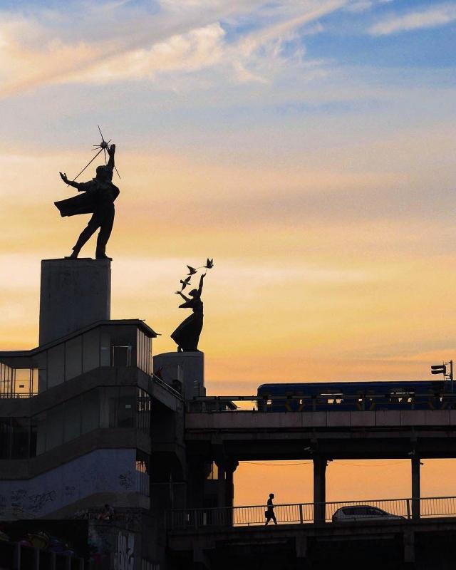 Город Киев прекрасный, город счастливый. Над разлившимся Днепром, весь в зелени каштанов, весь в солнечных пятнах... Фото: @chirikalove