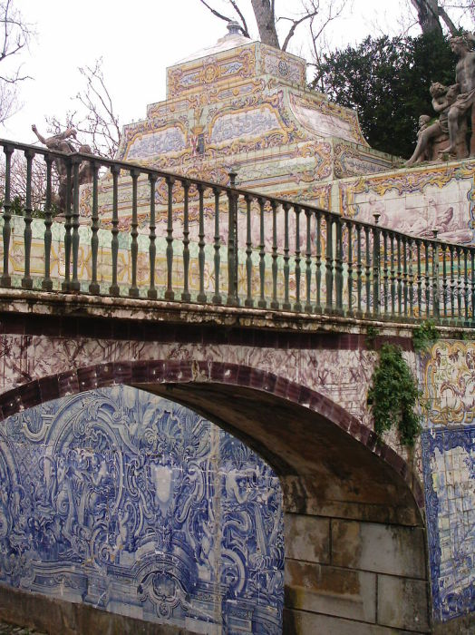 Стены канала в саду выложены португальской керамической плиткой азулежу с типичными мотивами рококо. | Фото: en.wikipedia.org.