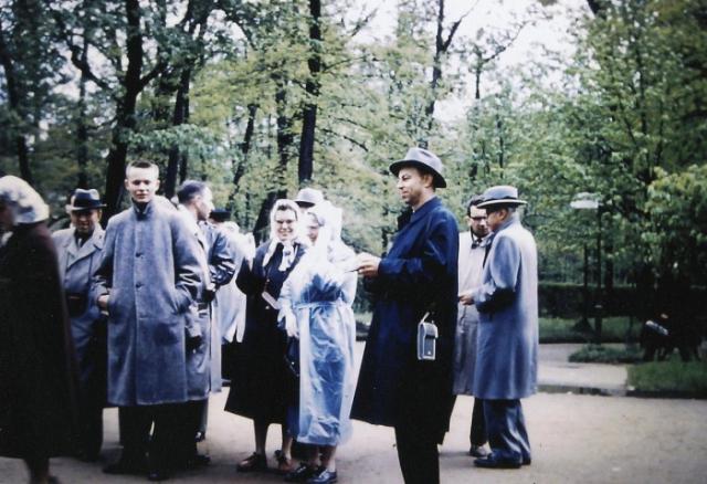 Туристы, гуляющие по дворцово-парковому ансамблю Петергоф. СССР, Ленинград, 1959 год.