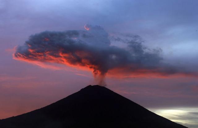 Извержение вулкана Агунг на острове Бали, 30 ноября 2017
