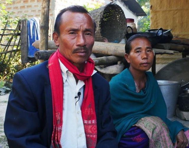 Качу Килинг с женой, чей сын был убит охранниками носорогов.