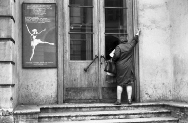 У входа в Хореографическое училище имени Вагановой. СССР, Ленинград, 26 июня 1982 года.