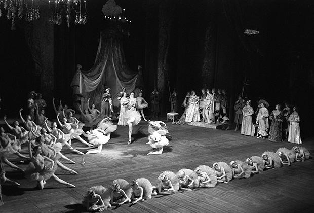 Балет «Спящая красавица», музыка П. И. Чайковского, постановка М. Петипа. Сцена из первого акта