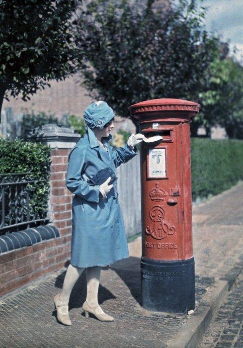 Молодая женщина отправляет письмо в Оксфорде.