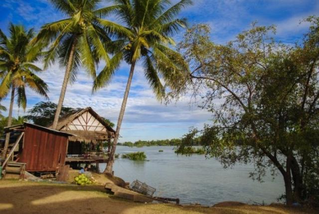 В переводе Сифандон означает «Четыре тысячи островов», находятся близ границы между Лаосом и Камбоджей.