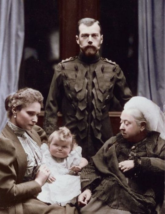 Николай II, Александра Федоровна и Великая княгиня Ольга с королевой Викторией. Балморал, 1896 год.