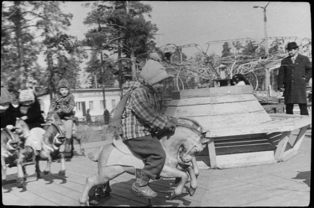 Карусель со скачущими лошадками – популярный советский детский аттракцион.
