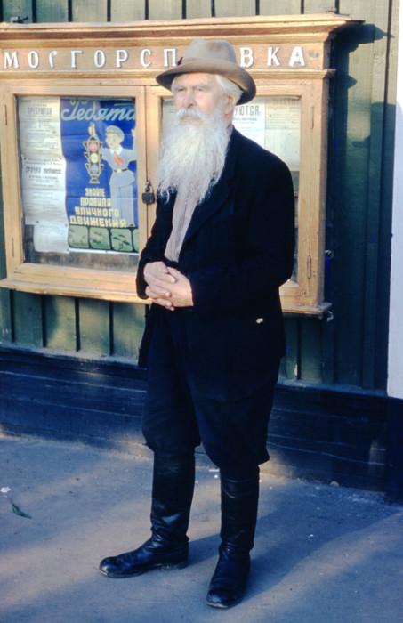 Пожилой мужчина возле городского информационного агентства.