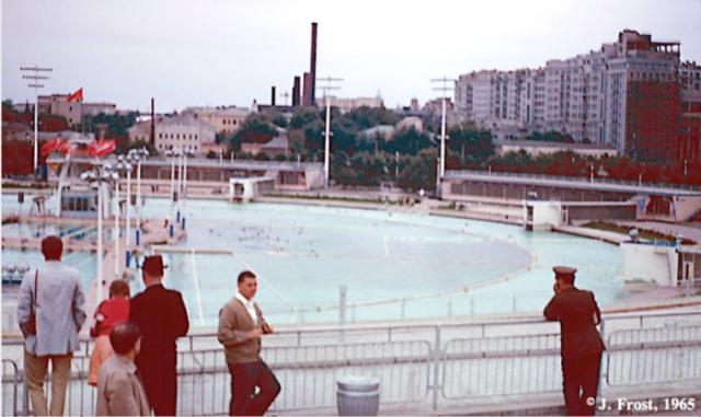 Бассейн под открытым небом. СССР, Москва, 1965 год.