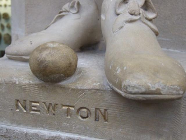 Каменное яблоко у ног статуи Ньютона в Оксфордском музее естественной истории | Фото: old.mirf.ru