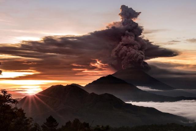 Агу́нг — стратовулкан, расположенный на острове Бали и входящий в состав одноимённой провинции Индонезии.