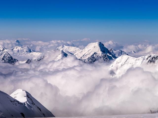 Такой вид открывается в окрестностях пика Ленина. Киргизия — одна из самых важных локаций для профессиональных альпинистов, поскольку здесь находится несколько гор-семитысячников. Самая высокая — пик Победы — возвышается на 7439 метров над уровнем моря
