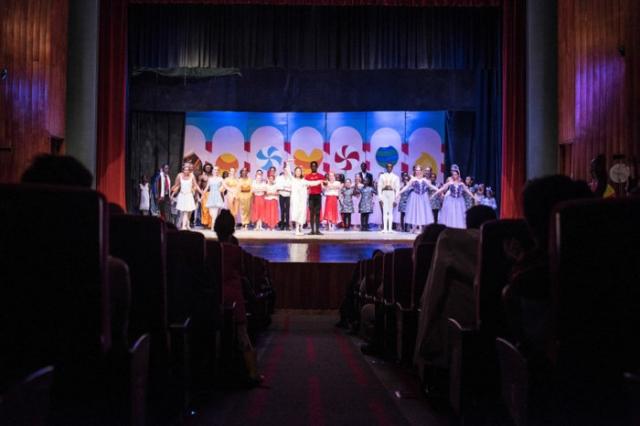 Зрители приветствуют танцоров аплодисментами после первого показа «Щелкунчика» в Национальном театре Найроби.