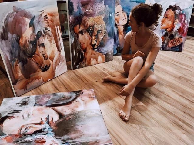 Димитра - молодая художница, которая благодаря своему таланту заработала целое состояние.