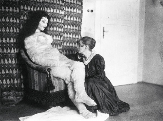 Гермина Моос со своим творением – куклой для Кокошки
