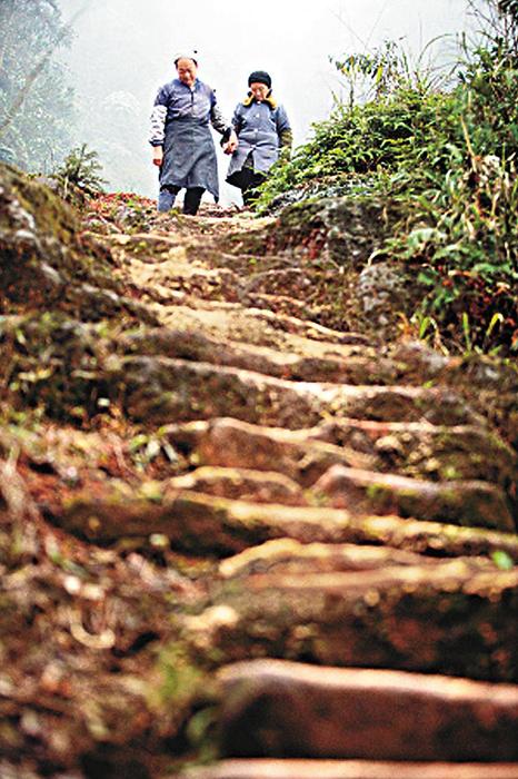 Лю более 50 лет вырубал ступеньки, чтобы его возлюбленная не боялась спускаться с горы.