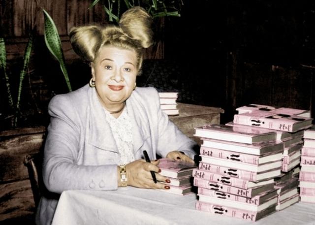 Софи Такер подписывает свои книги./Фото: film-forward.com