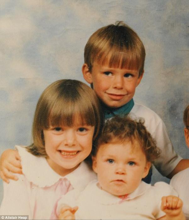 Маленькие Карина (слева), ее брат Гарет и Саманта.