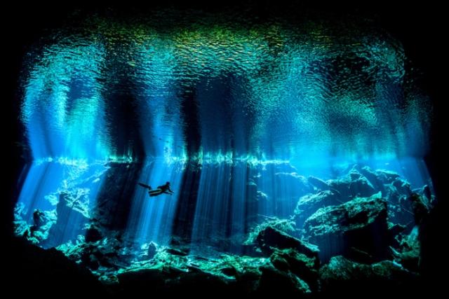 Фотограф Ник Блейк, ради выигрышного снимка опустился в мексиканский водосточные колодец сеноте Чак Ил.