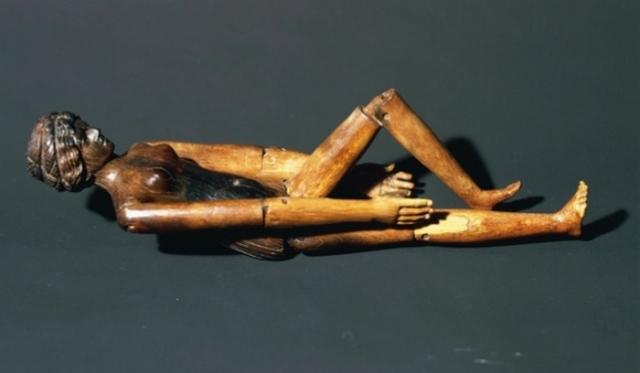 Деревяная кукла из сагкофага Крепереи Трифены.