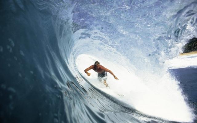 сёрфер ловит большую волну