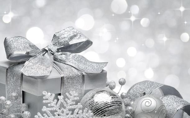 """Новогодняя картинка """"Серебряные елочные украшения"""""""