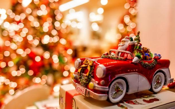 """Новогодняя картинка """"Санта-Клаус в игрушечном автомобиле"""""""