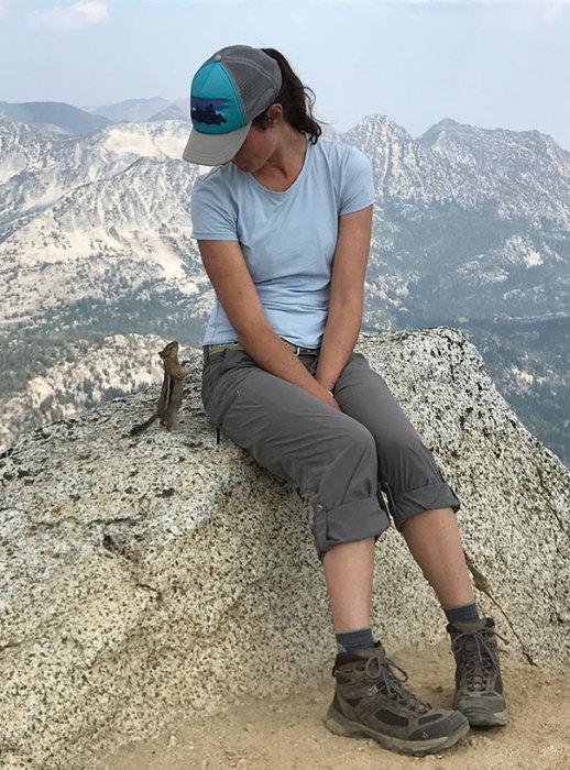 Маленький бурундук смотрит на девушку на вершине горы Игл Кэп в Орегоне.