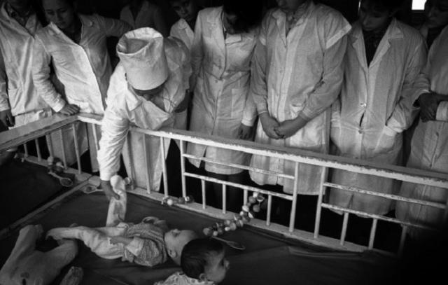 Практика студентов педиатрического факультета на территории университетской больницы. СССР, 28 октября 1987 год.