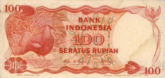Венценосные голуби не остались без внимания людей - они стали символом национальной валюты.