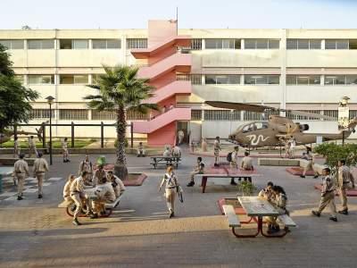 Фотограф показал, как выглядят школы в разных странах. Фото