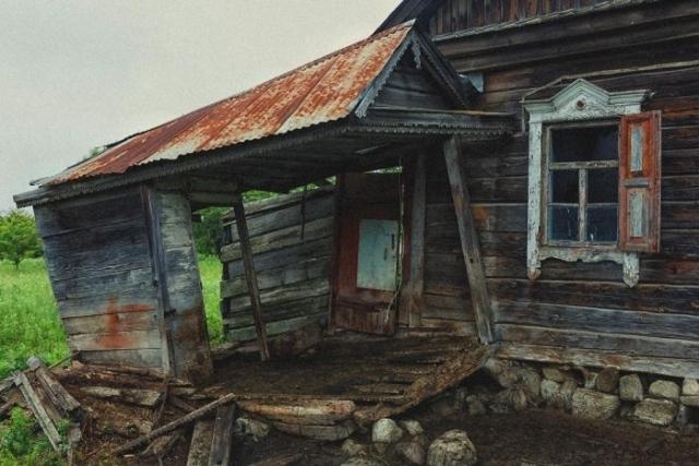 Не все дома в деревне заселены – встречаются пустые и разрушенные.