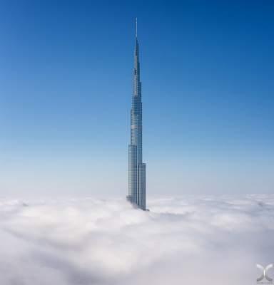 Самый высокий небоскреб мира в «объятиях» облаков. Фото