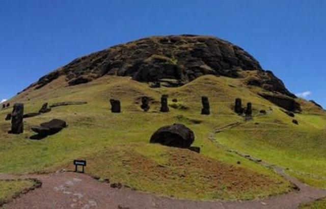 Южный склон Рано Рараку буквально усеян большим количеством моаи.