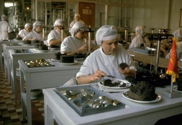 Фасовка чёрной икры. СССР, Астраханская область, 1960-е годы.