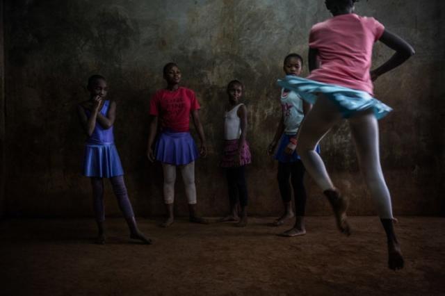 Здесь ребята отрабатывают танцевальные движения. Автор: Автор: Frederik Lerneryd.