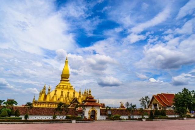 Город расположен  на северо-восточном берегу реки Меконг, существенно отличается от других столиц стран Юго-Восточной Азии.