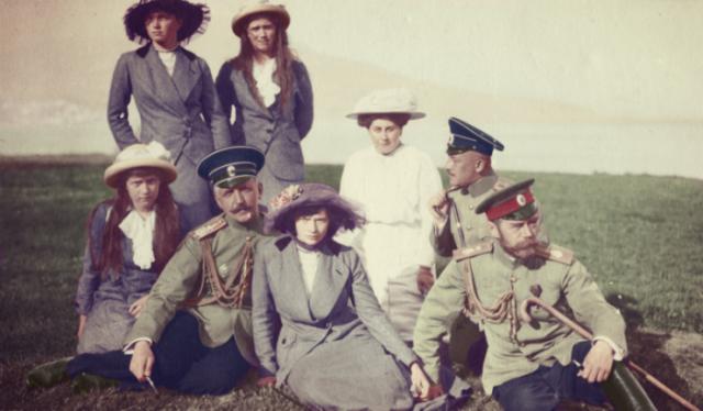 Император Николай II со своими дочерьми.