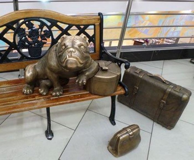 Бульдог с сумками. Памятник в ТЦ «Гринвич» Екатеринбурга.