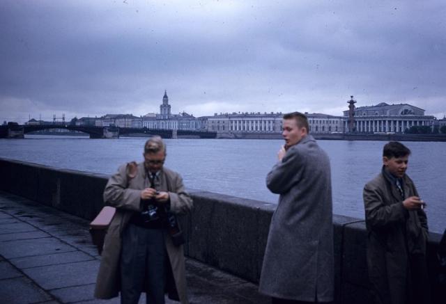 Туристы на берегу Невы. СССР, Ленинград, 1959 год.
