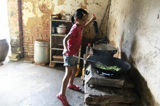 Сяо готовит кушать на большую семью.